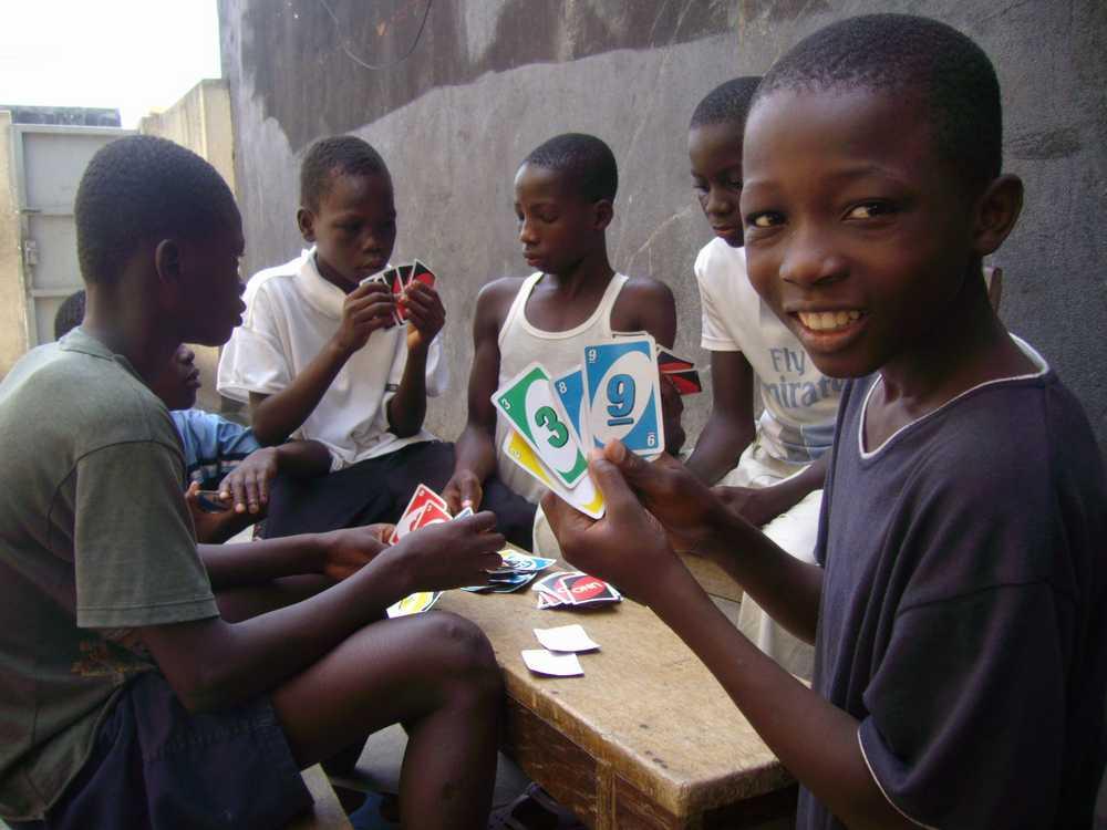 Kinder in Abidjan beim Kartenspiel